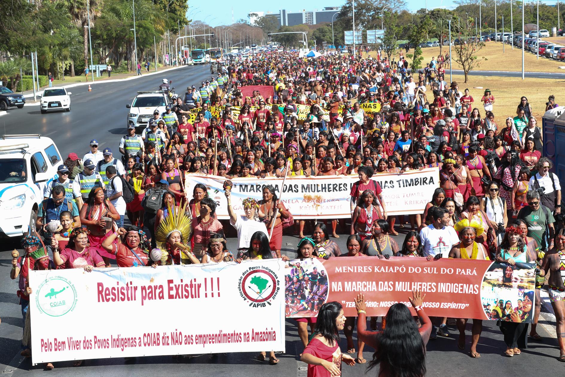 Brasilien: Indigene Frauen demonstrieren für ihre Rechte und gegen Politik  Bolsonaros | amerika21