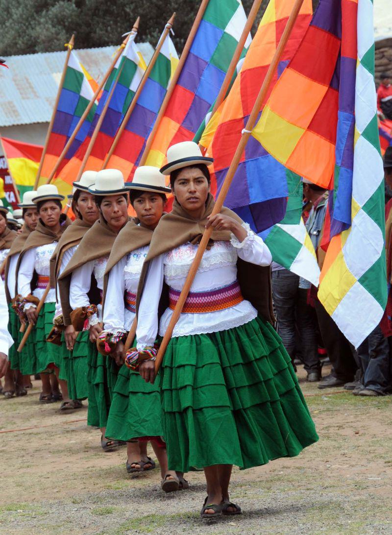 Eine Gruppe Frauen mit den Fahnen des indigenen Widerstands