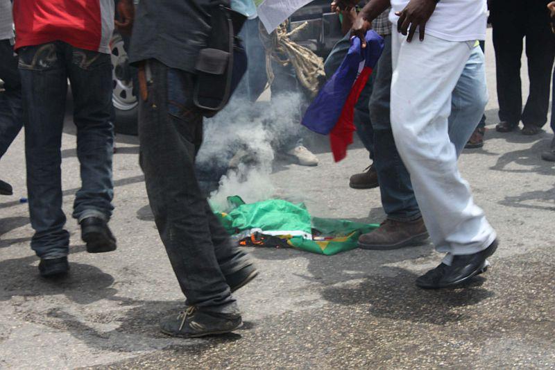 Eine brasilianische Fahne wird verbrannt.