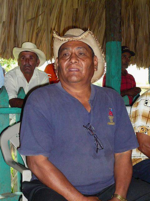 Bauer spricht bei Gemeindeversammlung in Guadalupe Carney.