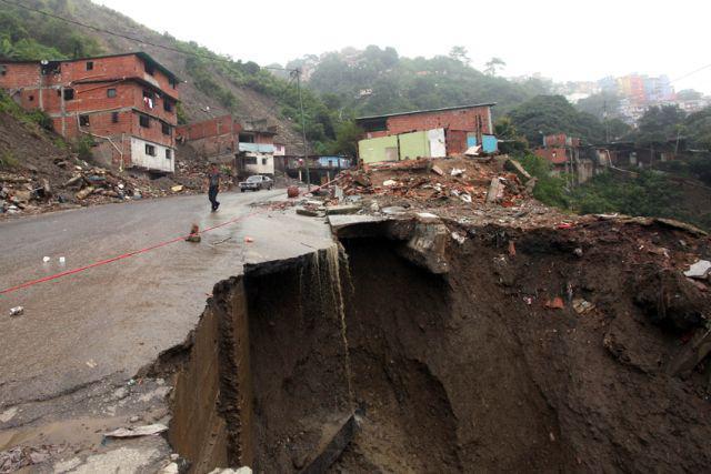 Eingebrochene Straße in La Pedrera, am Straßenrand standen letzte Woche noch Häuser