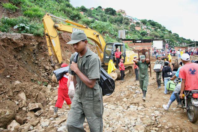 Die Bolivarische Nationalgarde hilft bei der Evakuierung
