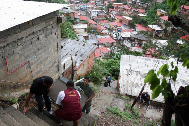 Im Barrio La Vega bringen Bewohner ihren Kühlschrank in Sicherheit