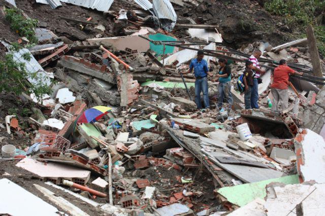 Suche in eingestürzten Häusern in La Vega nach dem, was geblieben ist