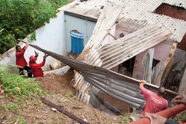 Mitglieder eines Kommunalen Rates in La Vega helfen bei den Aufräumarbeiten