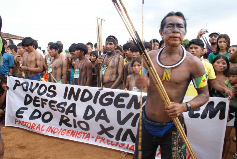 Indigener Protest gegen Megastaudamm Belo Monte am Xingu-Fluss in Amazonien