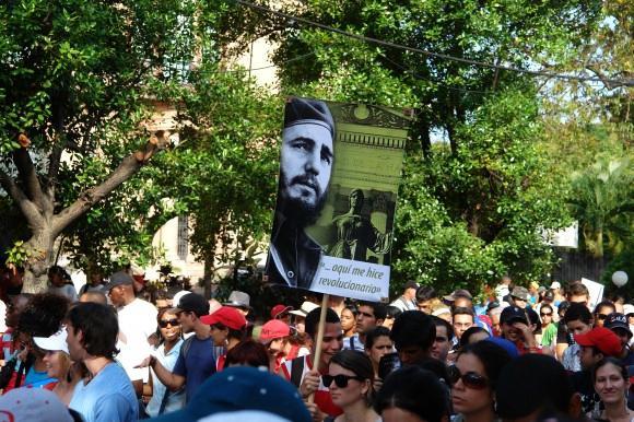 Studenten der Universität von Havanna mit Fidel-Plakat