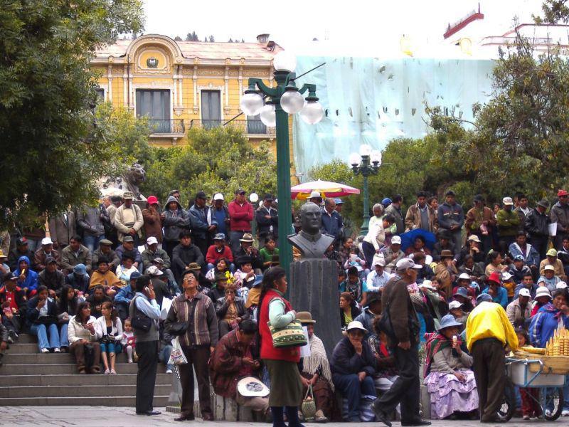 Menschen haben sich am Plaza Murillo, gegenüber des Regierungspalastes, versammelt, um den Marsch zu erwarten