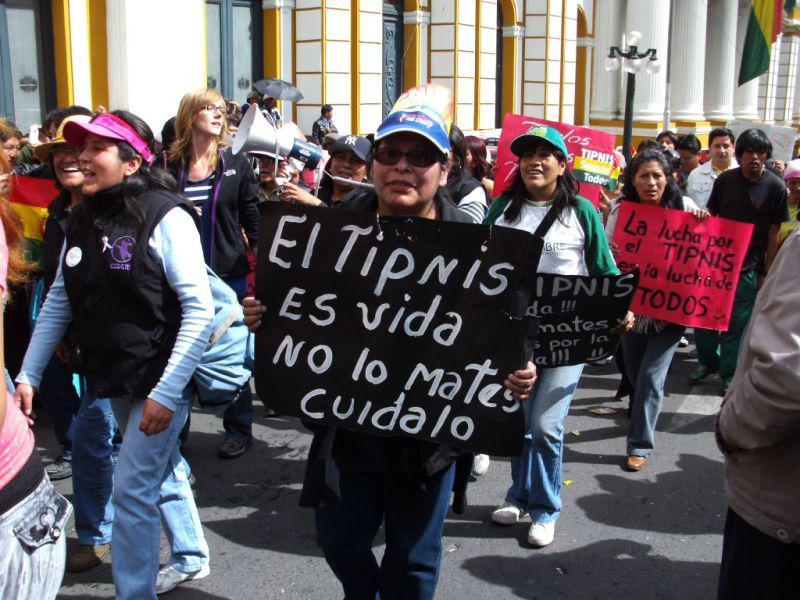 """In der Demo das Schild: """"Der TIPNIS bedeutet Leben, töte ihn nicht, bewahre ihn"""""""