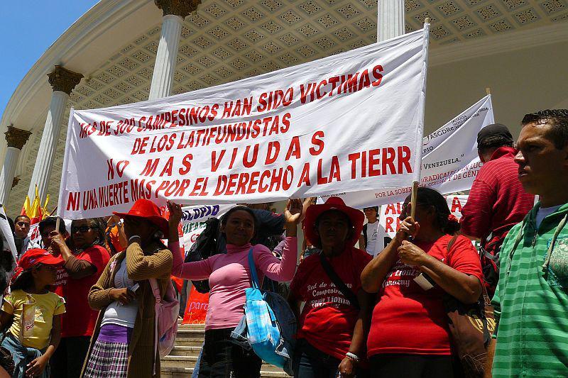 Im Innenhof der Asamblea Nacional (Parlament): Anprangerung der Gewalt der Großgrundbesitzer