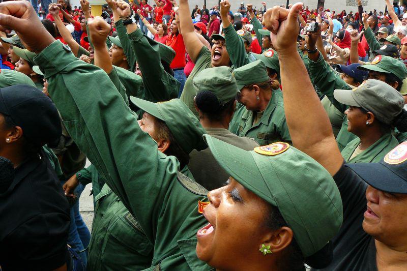"""Große Beteiligung von Frauen der Bolivarischen Miliz: """"Bolívar vive, la lucha sigue"""" (dt.: Bolívar lebt, der Kampf geht weiter)"""