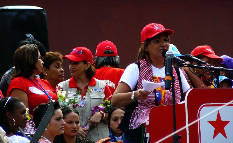 Frauenministerin Nancy Pérez spricht zur antiimperialistischen Frauendemonstration vor dem Geburtshaus von Unabhängigkeitsheld Simón Bolívar