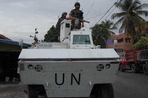 Soldaten der Minustah posieren mit ihren Waffen auf einem Panzer.  September 2010, Port-au-Prince, Haiti