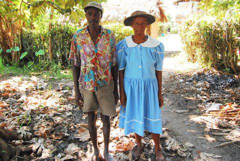 Bauernpaar auf einer Reisfarm.  Juni 2010, Artibonite, Haiti