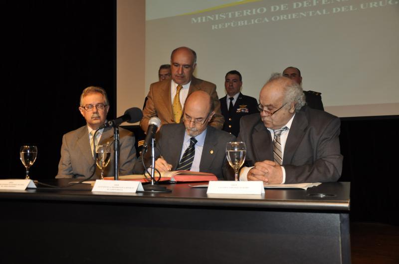 Huidobro bei der Amtseinführung mit Präsidentschaftssekretär Alberto Breccia