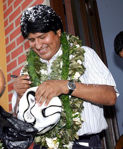 Boliviens Präsident Evo Morales mit einer Kette aus Kokablättern