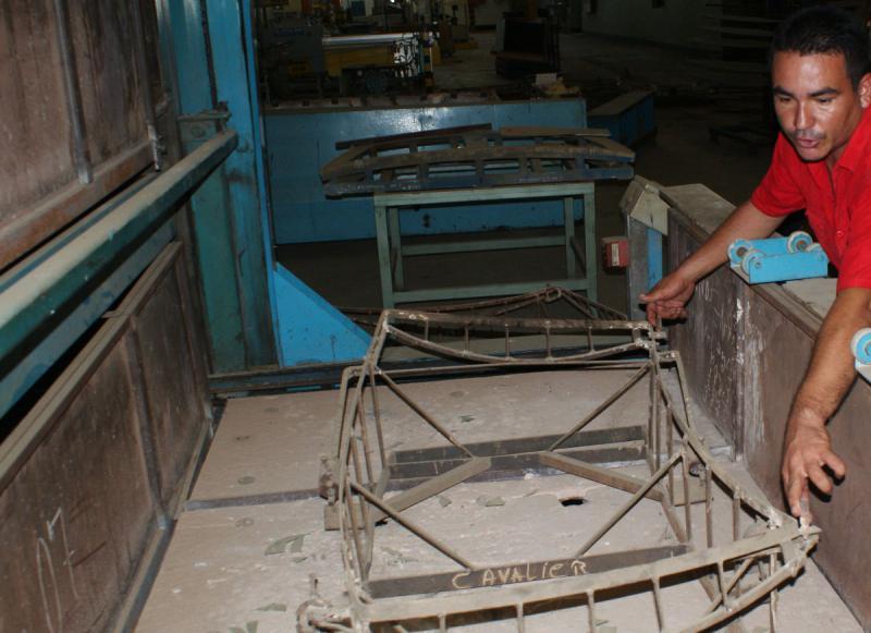 Arbeiter bei Vivex erklärt den im vergangenen Jahr sabotierten Ofen.