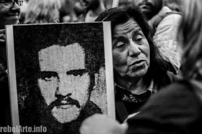 Die Demonstranten tragen Bilder ihrer verschwundenen Angehörigen