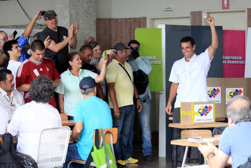 Oppositionskandidat Henrique Capriles bei der Stimmabgabe
