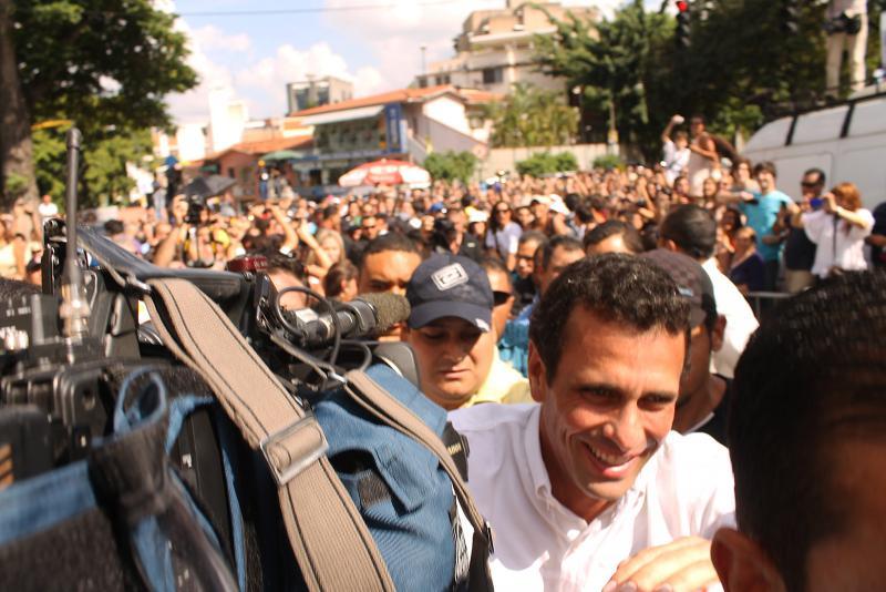 Capriles bahnt sich den Weg zur Stimmabgabe