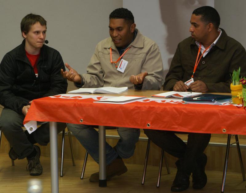 Paolo Cumaná und Felix Martínez mit Übersetzer David Wende (Interbrigadas, von rechts) in Kiel