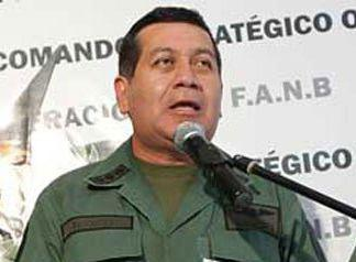 Zu sehen ist der neue Verteidigungsminister Rangel Silva in Uniform vor Mikro
