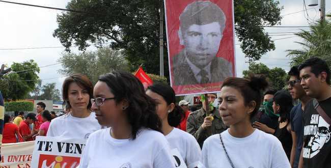 Demonstrierende mit einem Bild eines der ermordeten Studenten