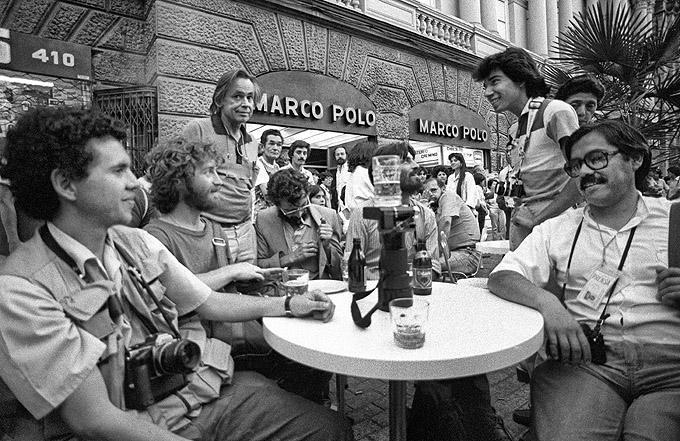 Fotografen machen eine Pause nach einer Demonstration gegen die Diktatur in Santiago am 16. Februar 1986