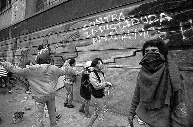 """Die Kulturbrigade """"Ramona Parra"""" malt ein Wandbild während einer Demonstration für ein NEIN bei Pinochets Plebiszit in Santiago am 1. Oktober 1988"""