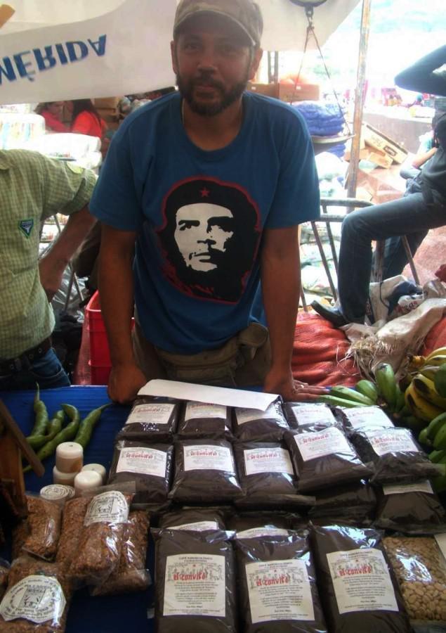 """Verkaufsstand der """"Gesellschaft für direkte soziale Produktion – Rösterei und Wohlbefinden"""". Sie gehört zur """"sozialistischen Öko-Landwirtschaftskommune"""" in La Azulita, Merida"""