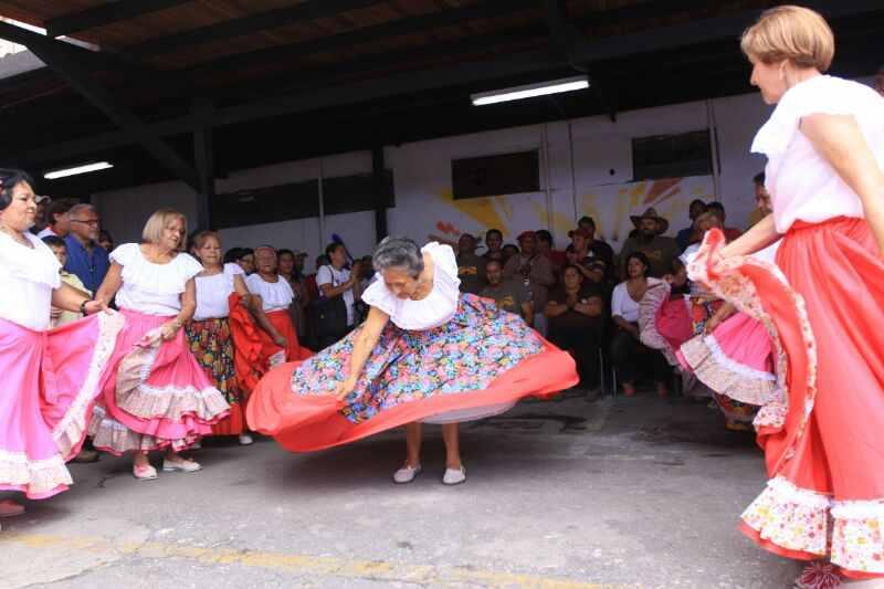 Aufführung der Tanzgruppe des Großmütter-Clubs der sozialistischen Kommune Ataroa