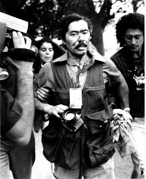 Bei einem Zusammenstoß zwischen Studenten und der Polizei in der Straße Grecia in Santiago, wurde der Fotograf Santiago Oyarzo am Kopf von einem Tränengasgeschoss der Polizei verletzt. (1985)