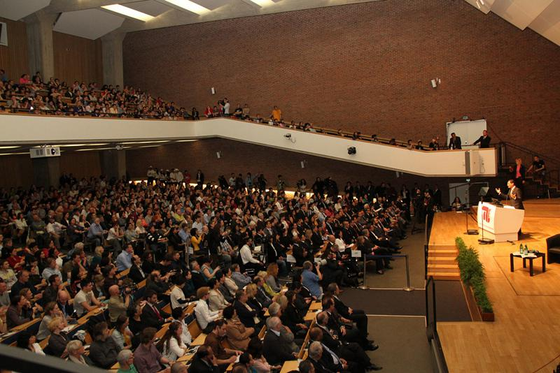Über drei Stunden dauerte die Veranstaltung, am Ende verlies Correa den Saal unter Applaus