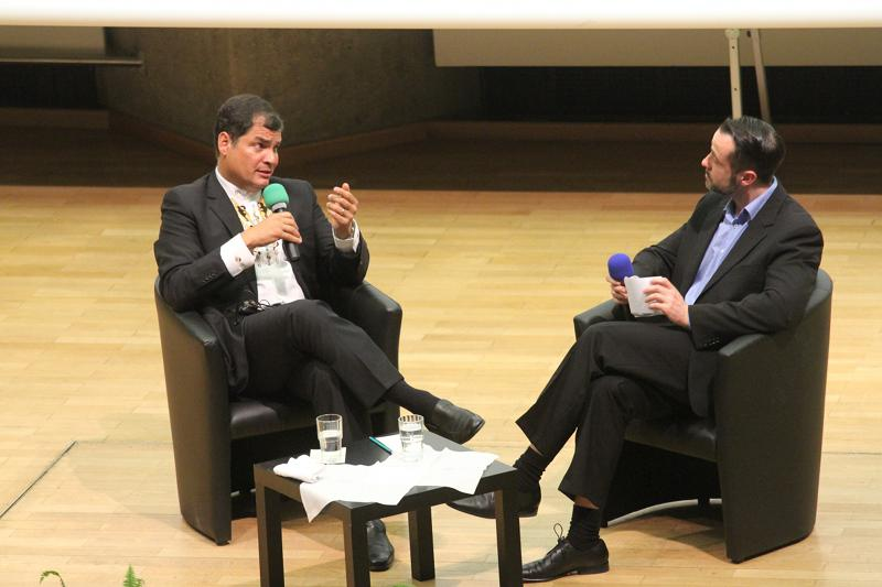 Amerika21.de-Redakteur Harald Neuber derweil in der Debatte mit Präsident Correa