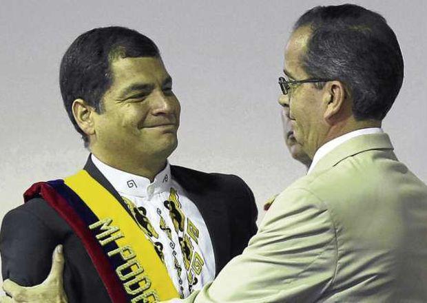Ein Bild aus besseren Tagen: Alberto Acosta gratuliert Rafael Correa