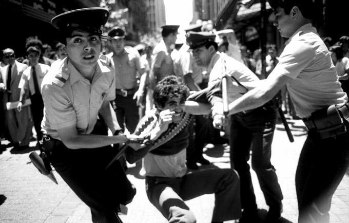 Ein Fischer, Mitglied der Fischer-Union von San Antonio, wurde bei einer Demonstration in Santiago von der Polizei verhaftet (1985)