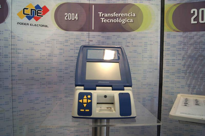 Seit dem Jahr 2004 befindet sich die Firma Smartmatic, welche die Computer herstellt, mehrheitlich im Besitz des venezolanischen Staates. In den vergangenen 15 Jahren wurden sowohl die Computertechnik als auch der Wahlablauf in enger Absprache mit Vertretern der Opposition und internationalen Wahlbegleitern mehrfach überarbeitet.