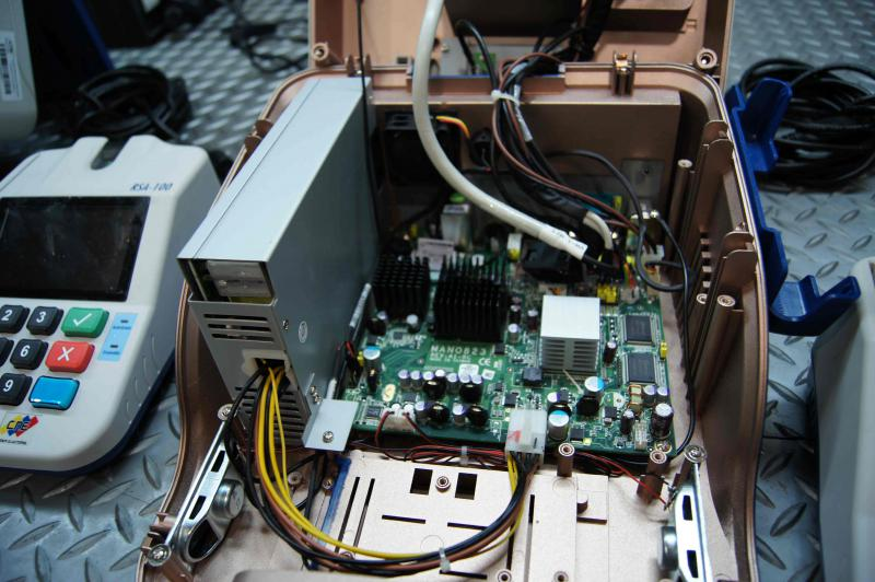 Der Wahlcomputer enthält den Prozessor, eine Grafikkarte und die Bildschirmsteuerung. Außerdem signalisiert das Gerät akustisch etwaige Fehler. Die persönlichen Informationen über die Wähler sind auf einem entnehmbaren Flash-Speicher enthalten, die Abstimmungsergebnisse werden in einem getrennten festverbauten Memory-Speicher festgehalten.