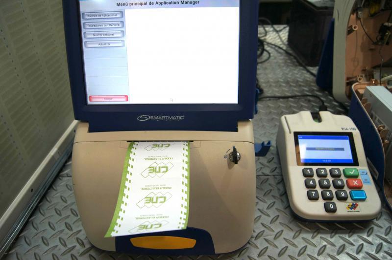 Nachdem der Monitor durch die Eingabe der biometrischen Informationen des Wählers freigeschaltet wurde, kann die Person abstimmen. Sie enthält einen Papierbeleg mit dem Votum, der danach in eine Urne geworfen wird.