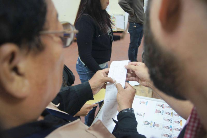 Sobald alle in diesem Computer registrierten Personen von ihrem Stimmrecht Gebrauch gemacht haben bzw. nach 18 Uhr keine weiteren Wähler warten, wird der Wahltisch geschlossen. Zunächst druckt der Wahlcomputer fünf Belege mit dem Ergebnis und den Unterschriften der Wahltischmitarbeiter aus – einen Beleg für jede der anwesenden Parteien.