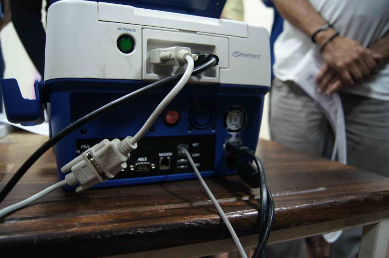 Wenn die Wahltischmitarbeiter das Ergebnis gegengezeichnet haben, wird der Computer erstmals mit einem Netz verbunden. Über das graue Kabel (unten) werden die Ergebnisse, verschlüsselt mit 128 Bit-Codierung, an einen Server der staatlichen Telefongesellschaft Cantv übertragen.
