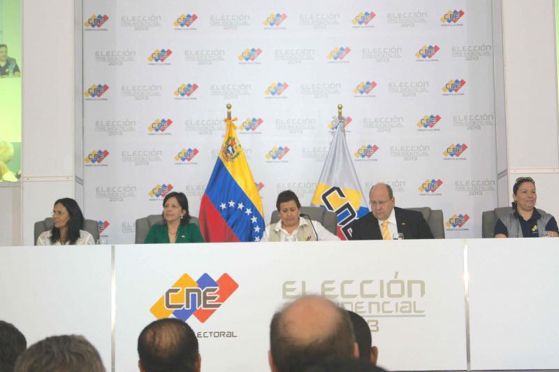 Gegen 22 Uhr trat das Direktorium des Nationalen Wahlrates vor die Presse und verkündete das vorläufige Endergebnis: Nicolás Maduro erhielt demnach 7.505.338 Stimmen und Henrique Capriles 7.270.403 Stimmen. Die Differenz beträgt zu diesem Zeitpunkt 234.935 abgegebene Stimmen. Tibisay Lucena erklärte, sie habe bereits lange mit beiden Kandidaten telefoniert und appellierte an alle Parteien, das knappe aber unumkehrbare Ergebnis anzuerkennen.