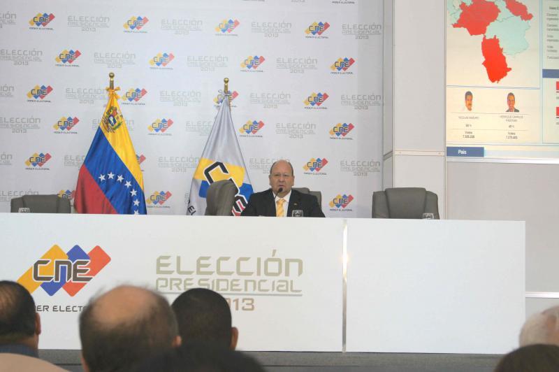 Nachdem die vier Direktorinnen des CNE sich von den Stühlen erhoben hatten, begann Vicente Diáz, von dem bekannt ist, dass er der Opposition nahe steht, eine eigene Erklärung zu verlesen. Darin kündigte er an, dass die Opposition angesichts des knappen Ergebnisses einen Anspruch darauf habe, dass 100 Prozent der Belege nachgezählt werden. Auf diese Erklärung bezog sich am nächsten Tag Henrique Capriles, als er zu Straßenprotesten gegen den CNE aufrief.