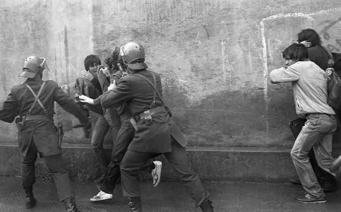 Festnahme von Studenten innerhalb der Fakultät für Naturwissenschaften der Universität von Chile, Santiago (1985)