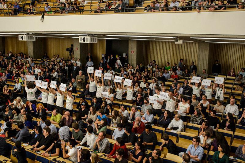 Aktivisten nutzen die Veranstaltung für Proteste gegen geplanten Kupfer-Bergbau in der Intag-Region