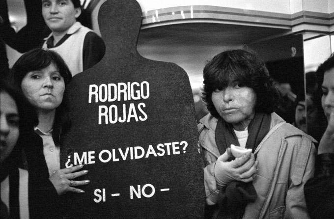 Demonstration für Menschenrechte in Santiago am 8. September 1988 mit Carmen Gloria Quintana (rechts). Carmen Gloria Quintana und der Fotograf Rodrigo Rojas Denegri wurden am 2. Juli 1986 nach ihrer Festnahme von einer Militärpatrouille in Brand gesteckt. Rodrigo Rojas starb an den Folgen seiner Brandverletzungen