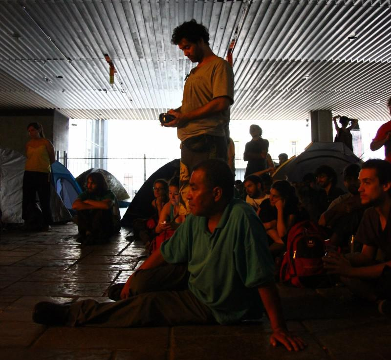 Publikum bei einer Freiluftveranstaltung