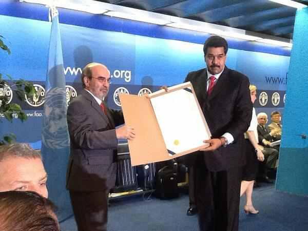 Der Generalsekretär der FAO, José Graniziano da Silva, überreicht Präsident Maduro die Urkunde