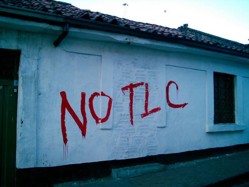 Graffito gegen Freihandel in Peru