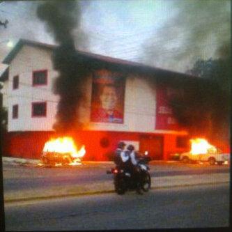 Brennende Autos am Montag Abend vor einem Parteigebäude der PSUV im Bundesstaat Barinas